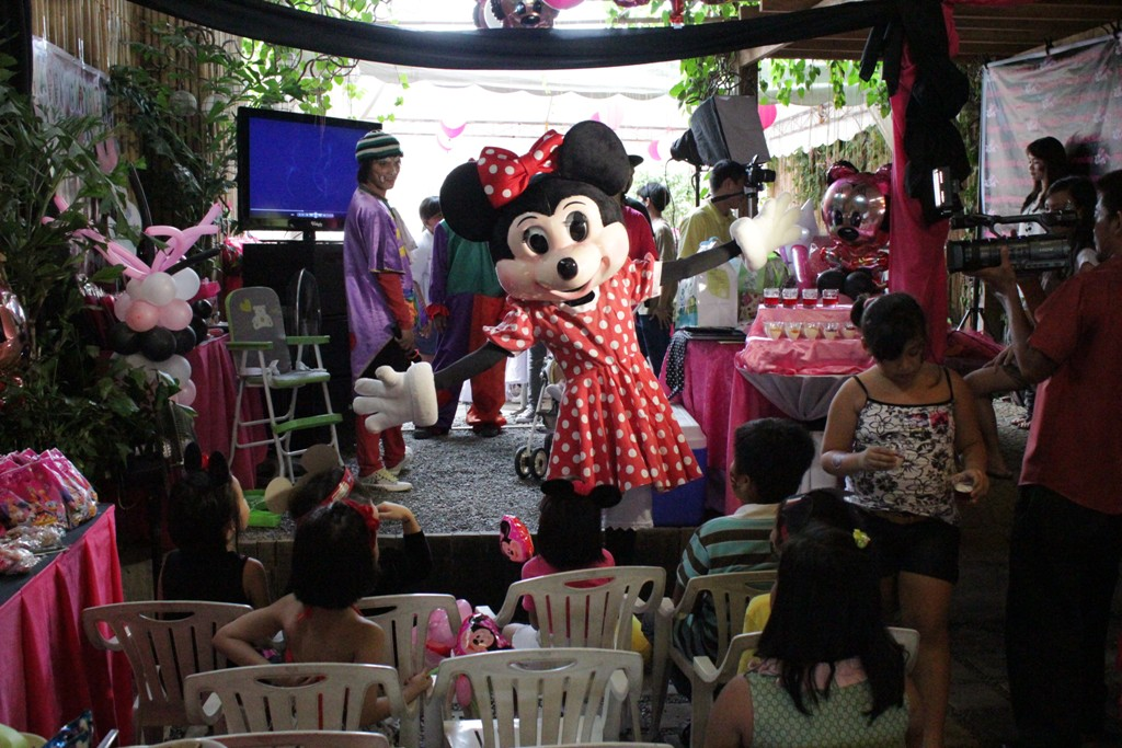 minnie-mouse-character-mascot-by-roppets-edutainment-production-inc