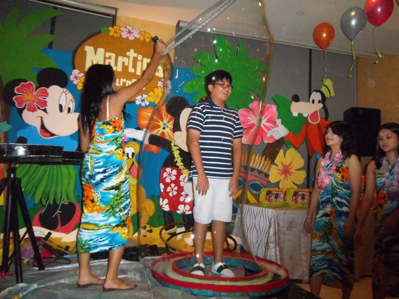 hawaiian-themed-bubble-show-by-the-bubble-factory-from-roppets-edutainment-production-inc-2