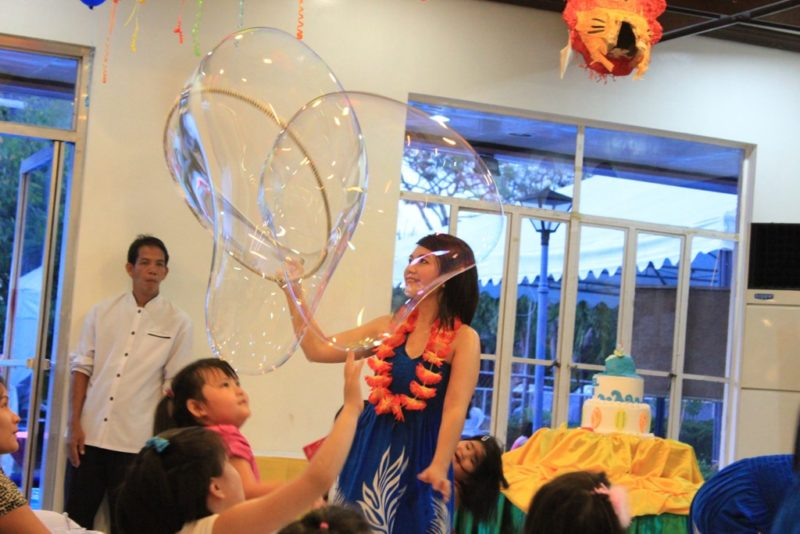 hawaiian-themed-bubble-show-by-the-bubble-factory-from-roppets-edutainment-production-inc-5