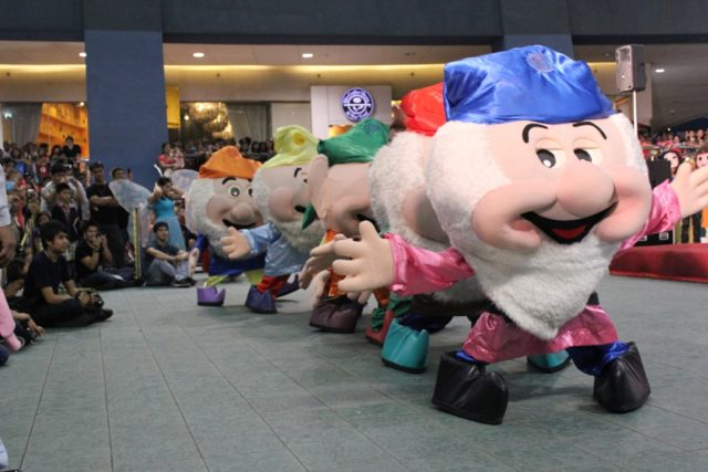 snow-white-and-the-seven-dwarfs-character-mascot-by-roppets-edutainment-production-inc-1